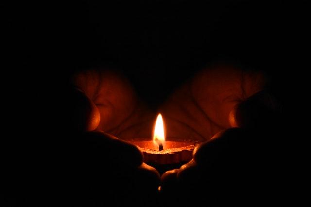 Wykorzystanie świec w szkle jako dekoracji